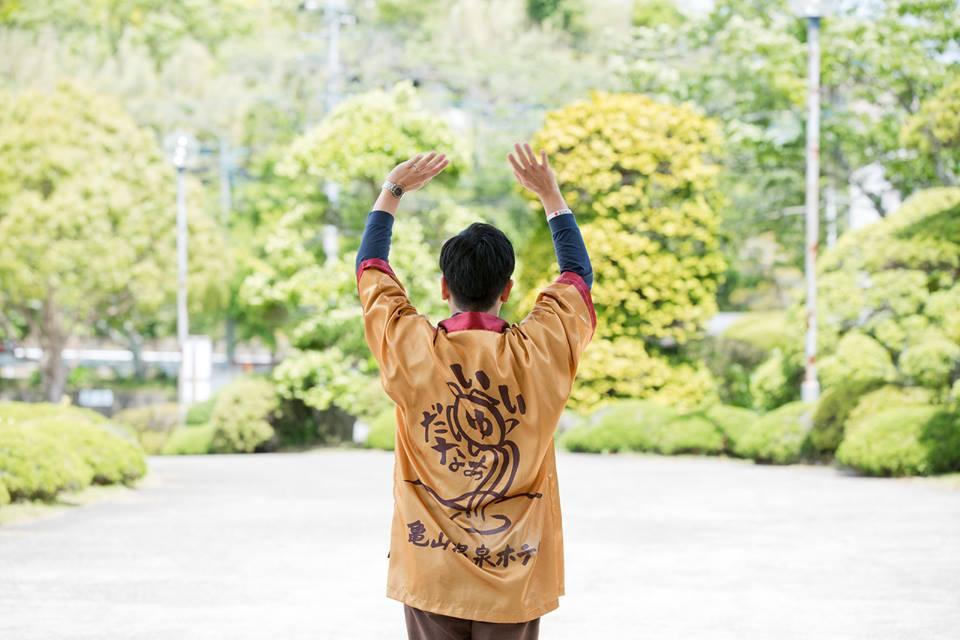 房総のチョコレート色の天然温泉「亀山温泉ホテル」にはいつも笑顔があふれてる。